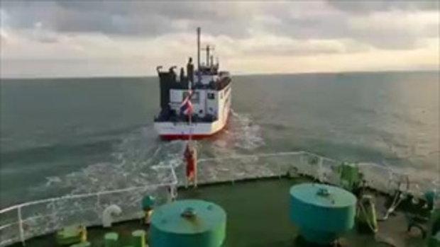 เรือเฟอร์รี่แซงปาดหน้ากันแบบกระชั้นชิด กลางทะเลอ่าวไทย