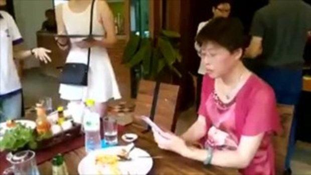 คลิปแฉ คนจีนไม่ยอมจ่ายเงิน อ้างมีขี้ดินติดอยู่ในอาหาร