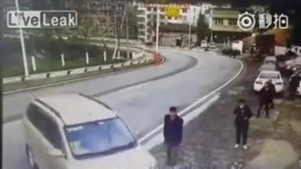 ชนเละ หนุ่มดวงซวย แค่เดินก็มีรถมาชน !!!