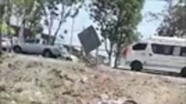 คลิปนาทีชีวิต พลเมืองดีช่วยคนติดรถคว่ำ ตกคูน้ำที่นครปฐม
