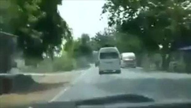 คลิปนาทีรถตู้เสียหลักพุ่งชนต้นไม้-ไฟลุกท่วมตาย 4 ศพที่ปราจีนบุรี