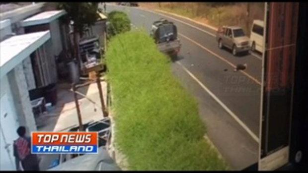 วงจรปิดเผยภาพรถจักรยานยนต์วิ่งผิดเลน พุ่งชนรถกระบะ เสียชีวิตคาที่