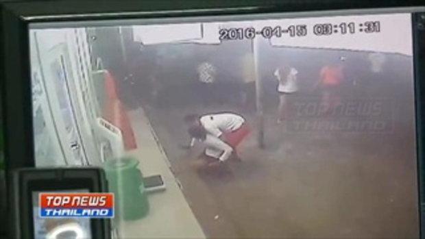 กล้องวงจรปิดจับภาพกลุ่มวัยรุ่นรุมทำร้ายชายคนหนึ่ง บริเวณหน้าร้านสะดวกซื้อ ซ.สุขสวัสดิ 64