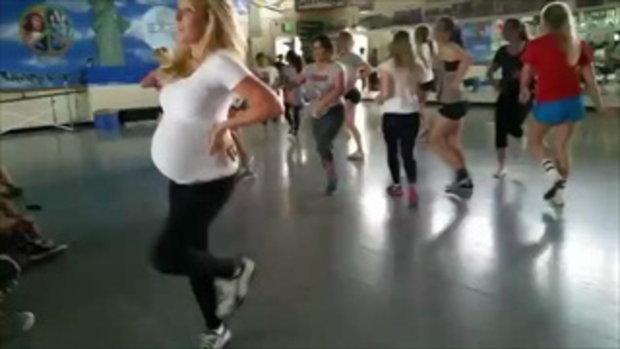 ว่าที่คุณแม่ ที่กำลังอุ้มท้องกว่า 27 สัปดาห์ โชว์สเต็ปแดนซ์พร้อมสุดรักในท้อง
