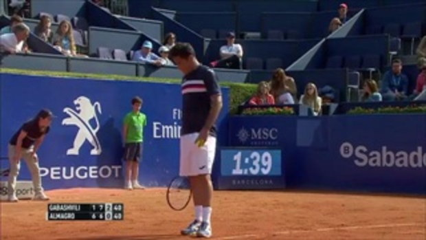 เสียศูนย์แต่ตั้งตัวทัน เด็กเก็บลูกเทนนิสเสียหลักจนนักเทนนิสต้องหันไปมอง