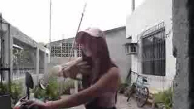 สาวนักซิ่งกลิ้งล้มหน้าบ้าน