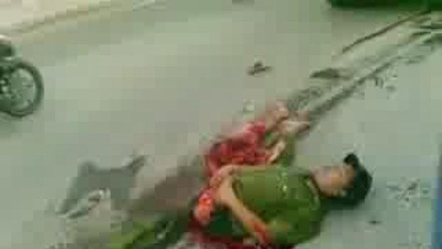 ตำรวจเวียตนามโดนรถสิบล้อเหยียบตัวขาดครึ่งแต่ไม่ตาย