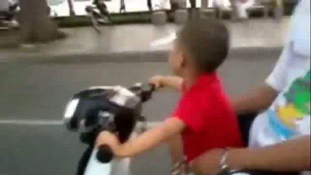เด็กตัวน้อยขี่รถมอเตอร์ไซต์