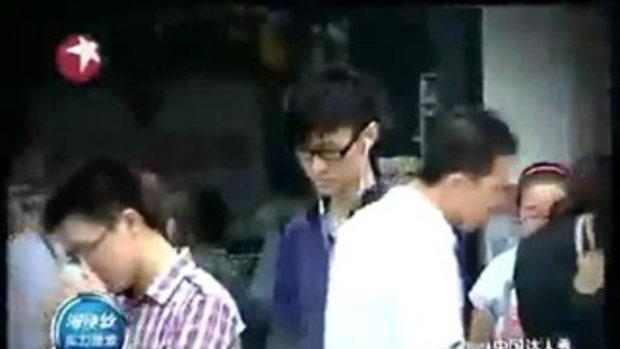 หนุ่มจีนไม่มีแขน ใช้เท้าเล่นเปียโน