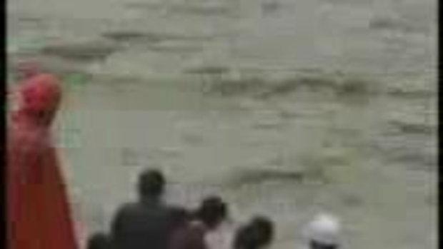 ชายชาวจีน ติดกลางน้ำท่วม!!