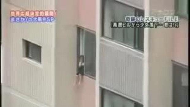 เด็กปีนหน้าต่างเล่นพลาดตก สยอง!!