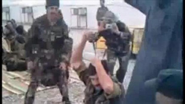 ทหารอิรัก โชว์ตอกไขควงลงบนศีรษะ !!