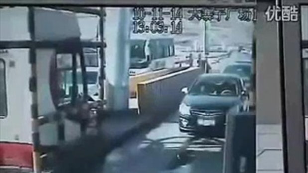 อุบัติเหตุสยอง สิบล้อเบรคแตก ชนกระจายเลย!!