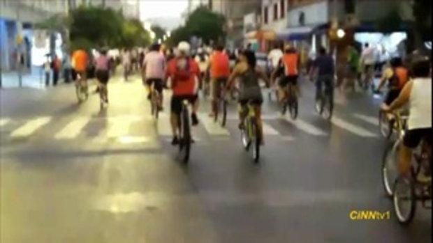 หนุ่มสติแตก  ขับรถชนนักปั่นจักรยาน