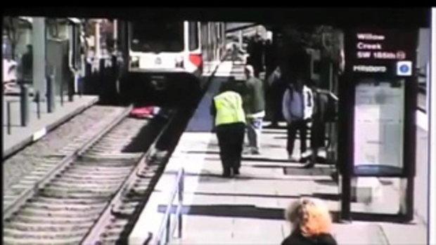 หญิงสาวเป็นลม ตกลงบนรางรถไฟ ขณะรถไฟกำลังมา