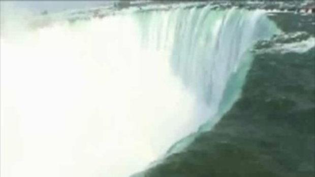 ผู้หญิงว่ายน้ำฆ่าตัวตาย ในน้ำตกไนแองการ่า