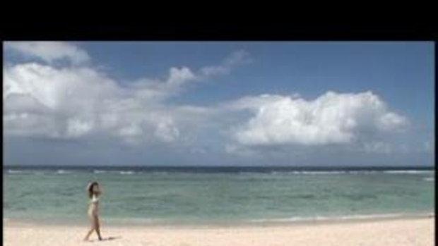 สาวน่ารัก สดใสอยู่ริมทะเล