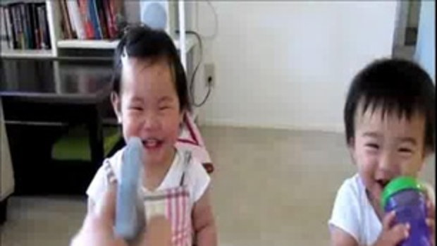 เด็กน้อยหัวเราะ กับกระบอกฉีดน้ำ