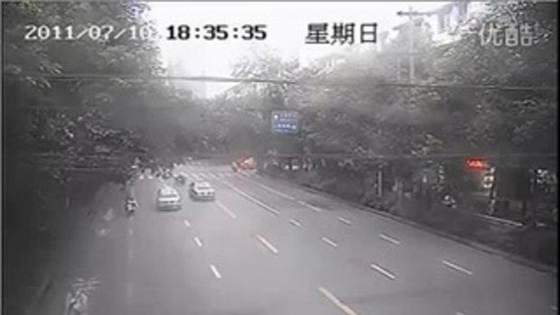 ตำรวจจีนใจเด็ด กระโดดเกาะหน้ากระโปรงรถจับแท็กซี่เถื่อน