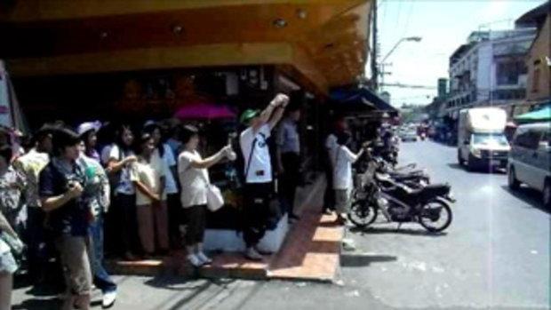 ยืนรอดูขบวนรถไฟวี่งผ่านตลาดร่มหุบ