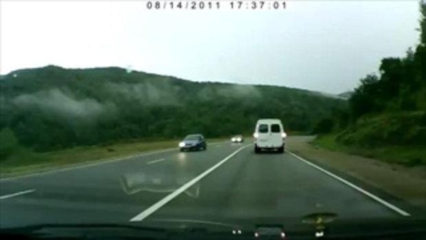 อุบัติเหตุสลดใจ รถชนพ่อลูกกระเด็นออกนอกรถ