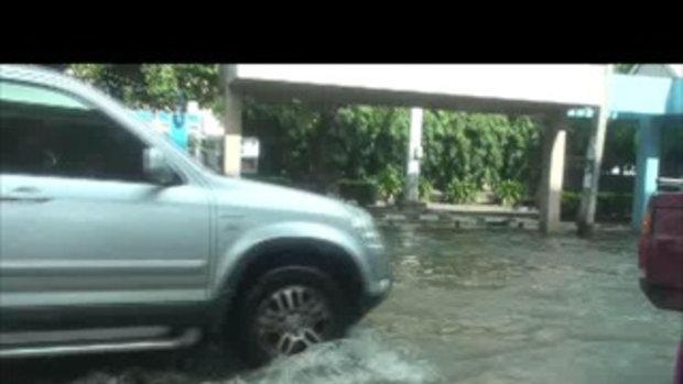น้ำท่วมปทุมธานี-ถนนหน้าเซียร์รังสิต-16ตุลาคม2554