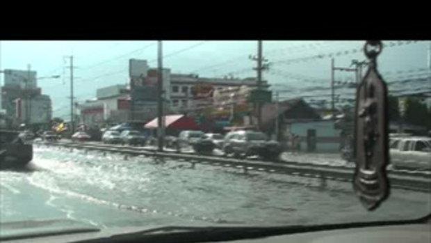 น้ำท่วมปทุม-ถนนคลอง2 ธัญบุรี รังสิต-20ตุลาคม2554-0111020135417.mp4