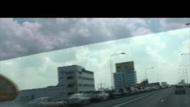 น้ำท่วมปทุมธานี จอดรถบนทางด่วน โรงแรมgrand miracleเจโอ๋รายงาน 22ตค2554