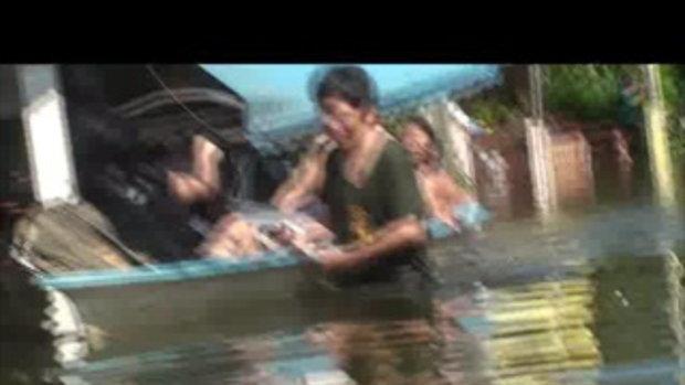 น้่ำท่วมปทุมธานี ย้ายคนหมู่บ้านธารารินทร์ 25ตุลาคม2554 เจโอ๋รายงาน
