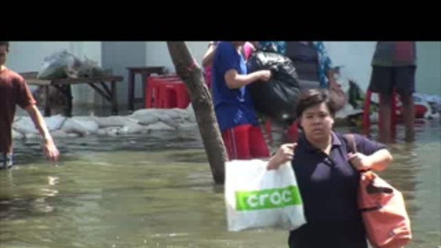 น้ำท่วมปทุมธานี ลำลูกกา ชาวเสมาฟ้าครามอพยพ 26ตค54 เจโอ๋ รายงาน 2011102