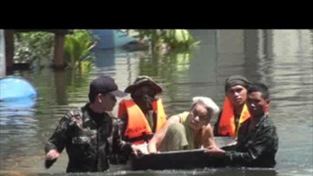 26ตค54-7-น้ำท่วมปทุมธานี ลำลูกกา  ชุมชนชาวฟ้าวิกฤต เจโอ๋รายงาน 2011102