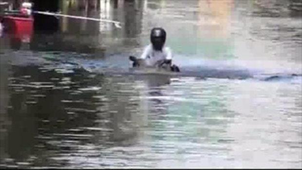 มอเตอร์ไซค์ลุยน้ำท่วมสูงมิดคัน