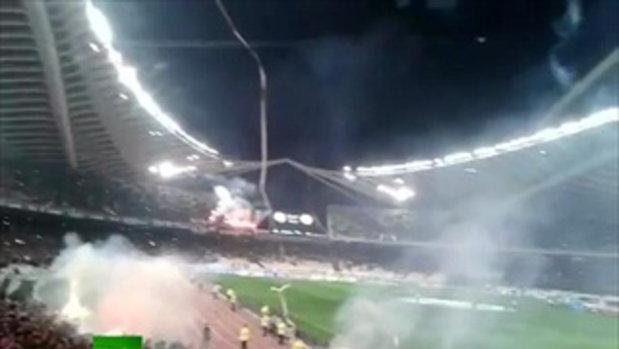 เดือด! ปาพลุลงสนามฟุตบอล ที่กรีซ