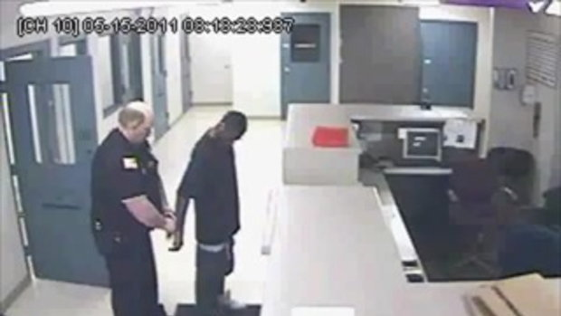ตำรวจพลาด! ถอดกุญแจมือโจร เกือบซวย
