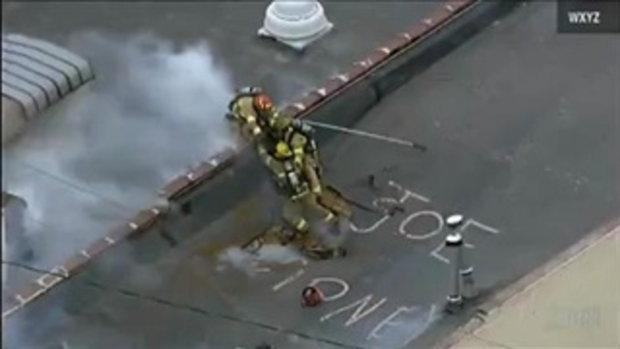 นาทีชีวิต นักดับเพลิงรอดตายหลังคาถล่มแบบหวุดหวิด