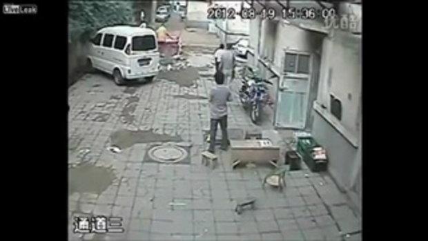 ถูกเพื่อนบ้านโหด ขับรถตักชนแล้วฝังทั้งเป็น