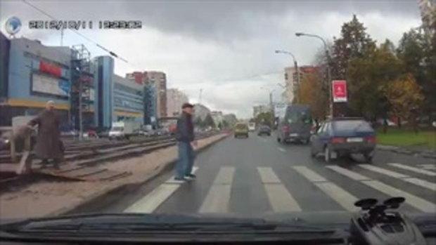 ช่วยคุณยายข้ามถนน น้ำใจงามจริงๆ