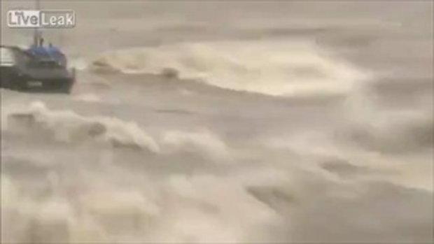 พายุคลื่นทะเลบ้าโหด! ซัดเรือประมงเกือบหายไปทั้งลำ