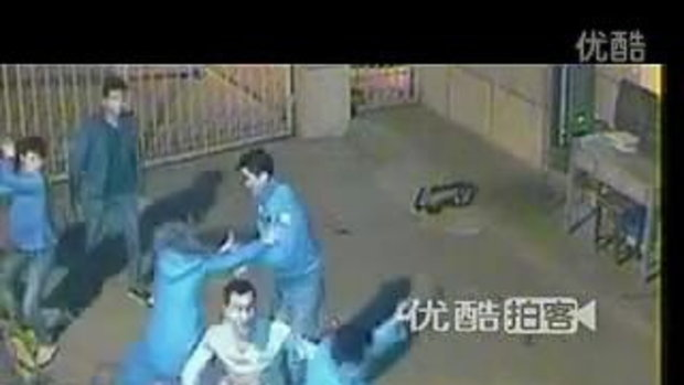 รปภ.จีนโดนผู้บุกรุก รุมกระทืบ อย่างโหด