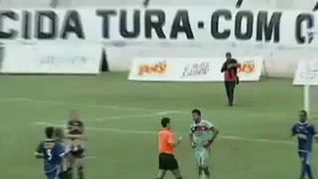ฟุตบอลหรือ! เปาแจกแดง 12 ใบ
