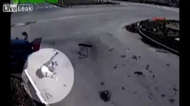 ไม่ตาย! รถชนคนขับกระเด็นออกนอกรถอย่างแรง