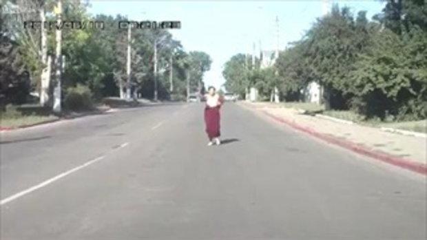 สาวใหญ่คลั่ง ปาขวดใส่รถวิ่งไปมา