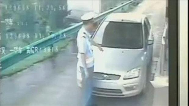 ตำรวจจีนโดนสอยห้อยไปบนกระโปรงหน้ารถ