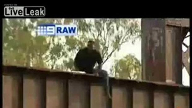 โดดสะพานฆ่าตัวตาย แต่โดนรถชน ก่อนถึงพื้น