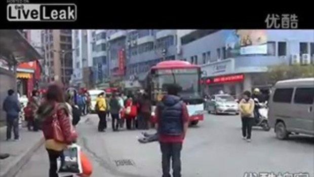 สุดอนาถชายชราหมดสติ ล้มลงกลางถนนในจีน !