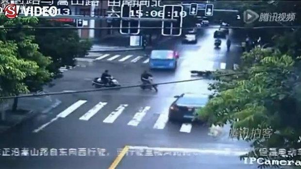 วินาทีสยอง ขับสกู๊ตเตอร์ล้ม ก่อนโดนรถบรรทุกทับหัว ตายคาที่