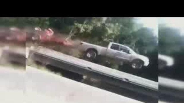 สุดระทึก รถปิกอัพซิ่งนรกไฟลุก ร่วงจากสะพานข้ามทางหลวง