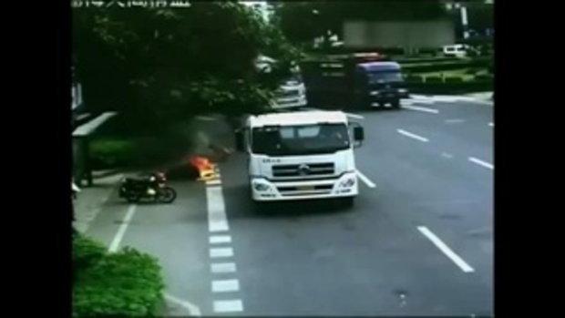 คลิปหญิงจีนหวิดถูกไฟคลอก หลังรถบรรทุกชนลากไปไกล