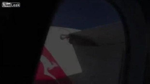 ผู้โดยสารแห่ถ่ายงูยักษ์ที่ติดอยู่บนปีกเครื่องบินที่ความสูง 30,000 ฟุต