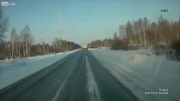 เป๋ตกไหล่ทาง! รถบรรทุกรัสเซียคว่ำจมคากองหิมะ